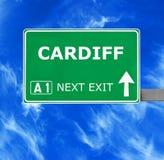 De verkeersteken van CARDIFF tegen duidelijke blauwe hemel royalty-vrije stock afbeeldingen