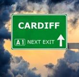 De verkeersteken van CARDIFF tegen duidelijke blauwe hemel royalty-vrije stock afbeelding