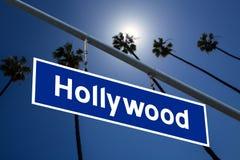 De verkeersteken van Hollywoodcalifornië op redlight met de foto van pambomen Stock Foto