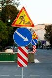 De verkeersteken van de waarschuwingsinformatie De richtingen van het autoteken en reparatietekens met richting van verkeer voor  royalty-vrije stock foto