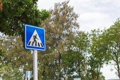 De verkeersteken zorgvuldig zijn kruisend de straat Royalty-vrije Stock Fotografie
