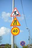 De verkeerstekenwegwerkzaamheden, het Versmallen van de weg bij de linkerzijde, Beperking van de maximumsnelheid van 40 km, het e Stock Afbeelding
