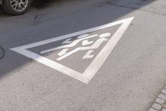 De verkeerswaarschuwingsborden van schoolstreek voorzichtig zijn kinderen & x28; proximi stock foto