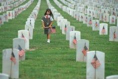 De Verkenner die van de brownie vlaggen zet bij begraafplaats Stock Fotografie