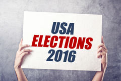 De verkiezingen 2016, de affiche van de V.S. van de mensenholding Stock Foto's