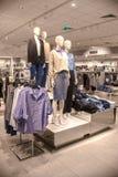 De verkoop in de kledingsopslag kleinhandels, ledenpoppen is op de teller van de opslag, maken de mensen aankopen in de opslag, w stock foto