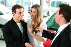 De verkoop van de auto - sleutel die aan paar wordt gegeven Royalty-vrije Stock Afbeelding