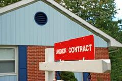 De Verkoop van het huis in het kader van Contract stock afbeelding