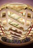 De verkoop van het Kerstmisnieuwjaar in een grote wandelgalerij Stock Foto's