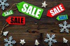 De verkoop van Kerstmis De verkoop etiketteert dichtbij Kerstmisdecor op houten hoogste mening als achtergrond copyspace Stock Foto
