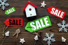 De verkoop van Kerstmis De verkoop etiketteert dichtbij Kerstmisspeelgoed op houten hoogste mening als achtergrond Royalty-vrije Stock Foto