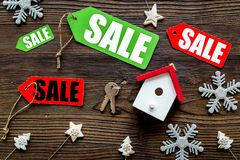 De verkoop van Kerstmis De verkoop etiketteert dichtbij Kerstmisspeelgoed op houten hoogste mening als achtergrond Stock Fotografie