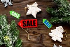 De verkoop van Kerstmis De verkoop etiketteert dichtbij net tak en Kerstmisdecor op houten hoogste mening als achtergrond Royalty-vrije Stock Foto