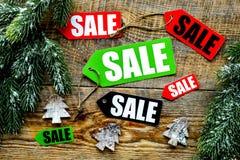 De verkoop van Kerstmis De verkoop etiketteert dichtbij net tak en Kerstmisdecor op houten hoogste mening als achtergrond Royalty-vrije Stock Fotografie