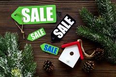De verkoop van Kerstmis De verkoop etiketteert dichtbij net tak en Kerstmisspeelgoed op donkere houten hoogste mening als achterg Royalty-vrije Stock Foto