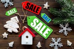 De verkoop van Kerstmis De verkoop etiketteert dichtbij net tak en Kerstmisspeelgoed op houten hoogste mening als achtergrond Stock Afbeelding