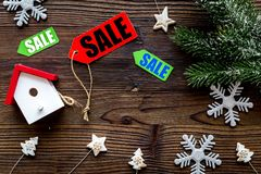 De verkoop van Kerstmis De verkoop etiketteert dichtbij net tak en Kerstmisspeelgoed op houten hoogste mening als achtergrond cop Stock Afbeelding