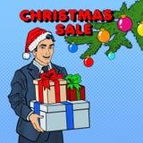 De verkoop van Kerstmis Pop Art Man in Santa Hat met Giften en Kerstboom Royalty-vrije Stock Foto's