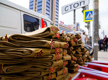De verkoop van militair` s loodsen op de straten van Voronezh ter ere van Victory Day Stock Foto's