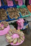 De verkoop van overzees voedsel langs de kust van de Keltische Zee De markt van het ochtend overzeese voedsel met oesters royalty-vrije stock foto's