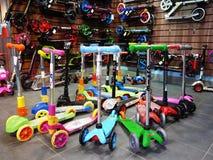 De verkopende fietsen van de sportenwinkel en ander materiaal In deze opslag zult u fietsen voor kinderen en volwassenen vinden stock fotografie