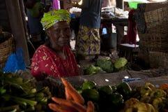 De verkopende groenten van de winkelier in Bamako stock afbeeldingen