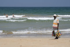 De verkopende herinneringen van de mens op Bentota Strand, Sri Lanka Royalty-vrije Stock Afbeeldingen
