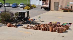 De verkopende manden van de Amishvrouw stock foto