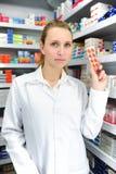 De verkopende pillen van de apotheker stock foto