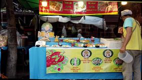 De Verkoper die van het straatvoedsel Verscheidenheid van Stootkussen Thai aanbieden bij Straatmarkt stock footage