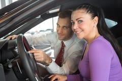 De verkoper in het autohandel drijven verkoopt auto aan klant royalty-vrije stock foto's