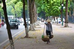 De verkoper met Bamboemand verkocht een fruit in Ha Noi vietnam Royalty-vrije Stock Foto's