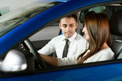 De verkoper toont auto voor cliënt royalty-vrije stock afbeeldingen