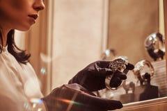 De verkoper toont een exclusief polshorloge van mensen van de nieuwe inzameling in de opslag van luxejuwelen royalty-vrije stock foto
