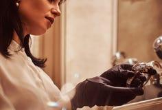 De verkoper toont een exclusief polshorloge van mensen van de nieuwe inzameling in de opslag van luxejuwelen royalty-vrije stock foto's