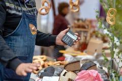 De verkoper toont de prijs van het product door calc wordt berekend die royalty-vrije stock afbeelding
