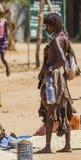 De verkoper van de Hamarvrouw bij dorpsmarkt Turmi Lagere Vallei Omo ethiopië Stock Foto
