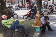 De verkoper van de honingscake in Ho Chi Minh Stock Fotografie
