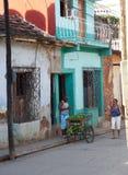 De Verkoper van de voedselkar in straat van Trinidad Cuba Stock Foto's