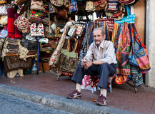 De verkoper van de zak bij de grote bazaar. Stock Afbeelding