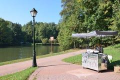 De verkoper van dranken en roomijs in het park royalty-vrije stock foto's