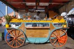 De verkoper van het jus d'orange in Marrakech stock afbeelding