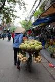 De verkoper van het straatfruit in het Oude Kwart van Hanoi Royalty-vrije Stock Afbeelding