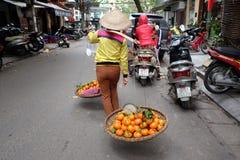 De verkoper van het straatfruit in het Oude Kwart van Hanoi Stock Afbeeldingen