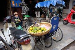 De verkoper van het straatfruit op fiets in het Oude Kwart van Hanoi Stock Afbeelding