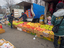De verkoper van het straatfruit op straatmarkt in China Stock Afbeelding