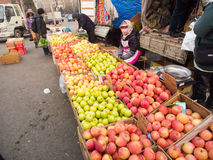 De verkoper van het straatfruit op straatmarkt in China Stock Foto