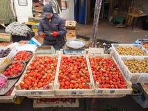 De verkoper van het straatfruit op straatmarkt in China Royalty-vrije Stock Foto