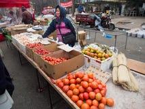 De verkoper van het straatfruit op straatmarkt in China Royalty-vrije Stock Foto's