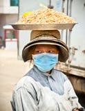 De verkoper van het straatvoedsel in de straat in Neak Leung, Kambodja Royalty-vrije Stock Foto